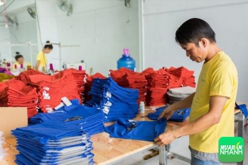 Chất liệu vải là yếu tố quyết định giúp bạn chọn xưởng đặt áo lớp.