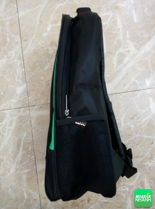 Mặt bên của balo quảng cáo với thiết kế túi lưới đựng đồ tiện dụng, giúp đựng bình nước, dù mini, các vật dụng nhỏ