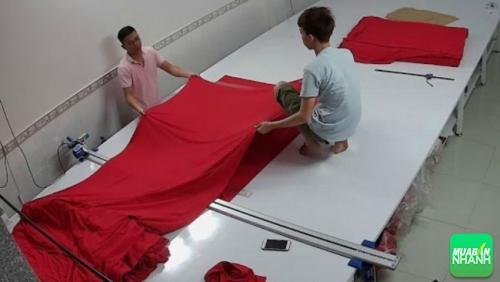 Công đoạn cắt vải may áo thun đồng phục tại xưởng may Limac